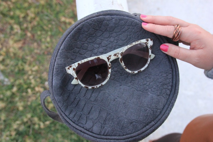 bolso de ante gris marengo gafas de sol estampadas marrones