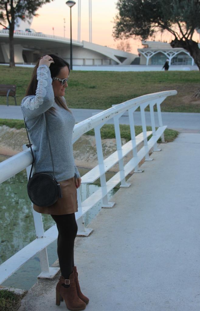 falda de cuero marrón jersey con encaje