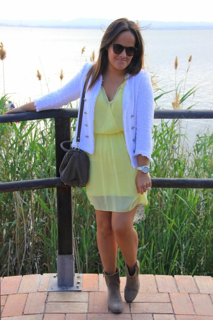 chaqueta blanca tweed vestido amarillo