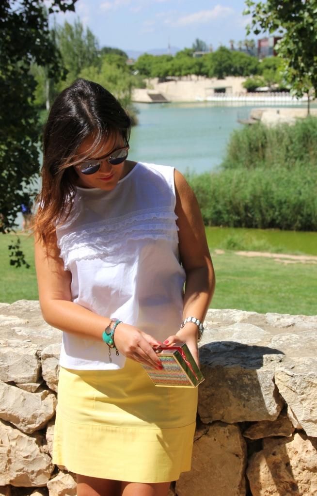 falda amarilla_blusa blanca encaje
