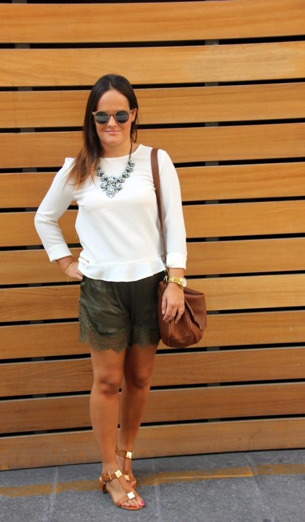short encaje verde militar_camisa blanca