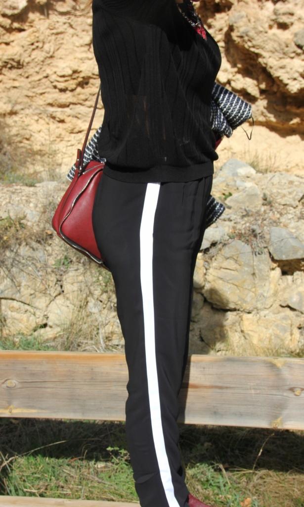 pantalón negro con raya